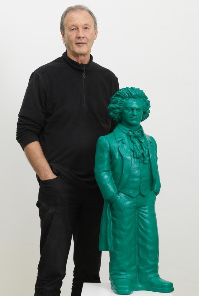 2019_Ottmar_Hoerl_mit_Beethoven_Skulptur_gruen_Foto_Annette_Kradisch_0003